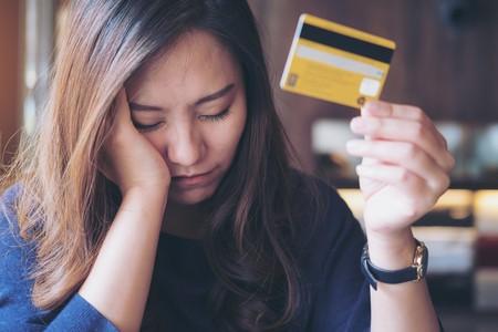 imagen de mujer con tarjeta de credito